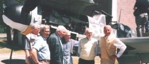 Walter Wolfrum, Maurizio Longoni, sein Chefmechaniker, Peter Düttmann, Assistent v. Longoni und MHHW, vor unserem Nesthäkchen mit offen Herzklappen