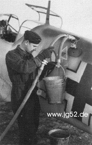 Betankung einer Bf 109 E mit Auffangeimer