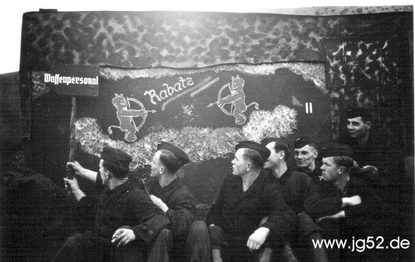 Das Waffenpersonal der 5./JG 52. Man beachte die zwei Luftsiegmarkierungen rechts auf der Tafel.