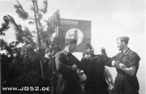 Die 5. Staffel in Jever. Die Warte vor der Flagge mit 11 Abschüssen
