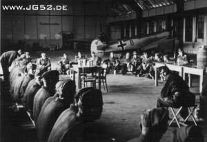 Der 1. Geburtstag des JG 52 wird in einer Halle in Speyer gefeiert.