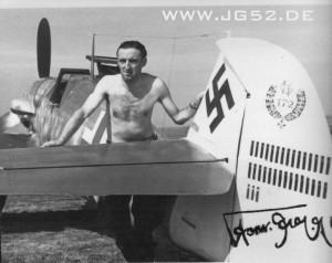 Hermann Graf, der erste Jagdflieger der 200 Luftsiege erzielte, nach seinem 205. Luftsieg.