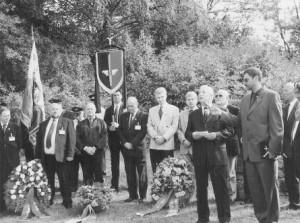 Pfarrer Blechschmidt und Manfred Leisebein während ihren Ansprachen, vor der Kranzniederlegung am Gedenkplatz.