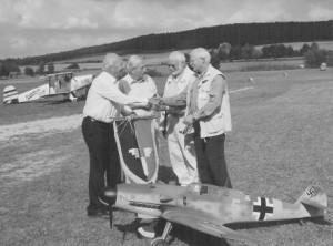 In einer kleinen Zeremonie wurde sie und das alte Geschwadersiegel von Walter Wolfrum und Manfred Leisebein dem Arbeitsvorstand der TG 52 übergeben.