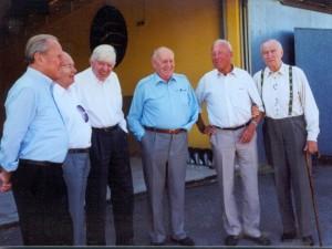 Sechs Ritterkreuzträger vor der Flugzeughalle in Ebern, v.l.n.r.: Günther Rall, Friedrich Obleser, 'Bonifazius' Düttmann, Viktor Petermann, Walter Wolfrum und Heinz Ewald.