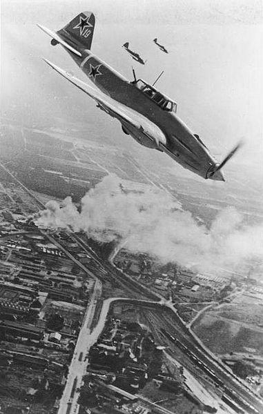 Sowjetisches Schlachtflugzeug über Berlin (Quelle: Deutsches Bundesarchiv)