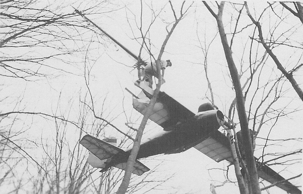 Nicht nach  LDv.,  aber immerhin  eine  wagrecht  gesetzte  Landung in den Bäumen - das muss so - erst mal einer nach machen!