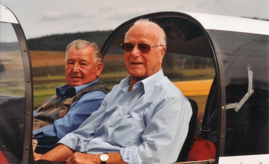 Obergefreiter a. D. Kurt Bischof und Major a. D. Hans Eckehard Bob, Ehrenkommodore des JG 54 bei den Start-vorbereitungen in der Jodel 400. Beider Haarfrisuren waren noch wohlgeordnet.