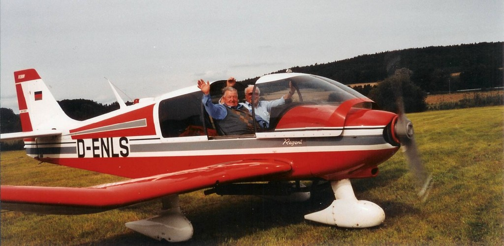 """Nach der Landung wurde ein 3-faches Horridoh auf die zusammen """" 167 Jahre alten beiden Piloten """" ausgerufen! Anhand der etwas zerzausten Frisuren der beiden war das sicherlich nicht nur ein normaler Rundflug, schon gar nicht bei einem Chefpilot, wie H. E. Bob einer ist !"""