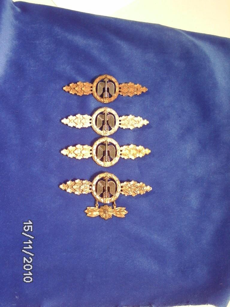 Frontflugspange in Bronze, Silber, Gold und Gold mit Sternchenanhänger