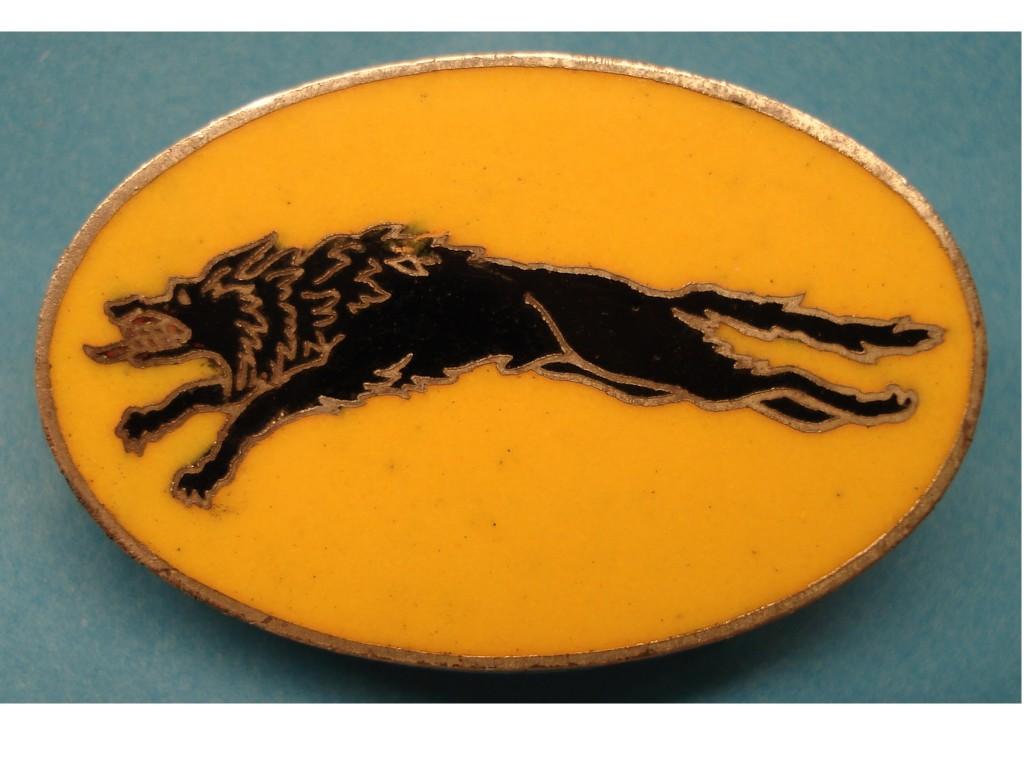 """Hier nun das """"Wolfsabzeichen"""" mit schwarzem Hund und gelben Hintergrund. Rand und Hund sind silberfarben einge-fasst."""