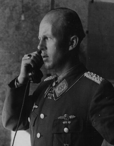 Oberstleutnant Dietrich Hrabak 1944, wie er den Kommodore JG 52 - Siegelring an der rechten Hand trägt (siehe Vergrößerung).