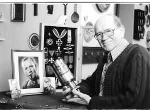 Johannes Wiese 1988 mit seinen hohen Auszeichnungen und dem Luftwaffenpokal in seiner Hand.