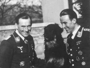Hptm. Johannes Wiese während eines Heimatur-laubes, bekommt Besuch von seinem Katschmarek Ofw. R. Trenkel der Genesungsurlaub hatte.