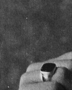 Vergrößerung von Hrabaks Hand, mit dem Kommodoresiegelring. Auf einer Echtfotovergrößerung kann man das eingravierte Wappen des JG 52 auf der Onyxplatte erkennen.